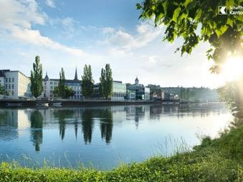 Blick über den Rhein auf die Stadt Schaffhausen